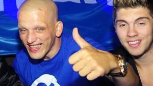 Auf wilden Partys mit Prominenten wie DSDS-Star Joey Heindle (rechts) warb Mark Mahlow für seinen Online-Shop PCFritz. (Quelle: pcfritz.de)